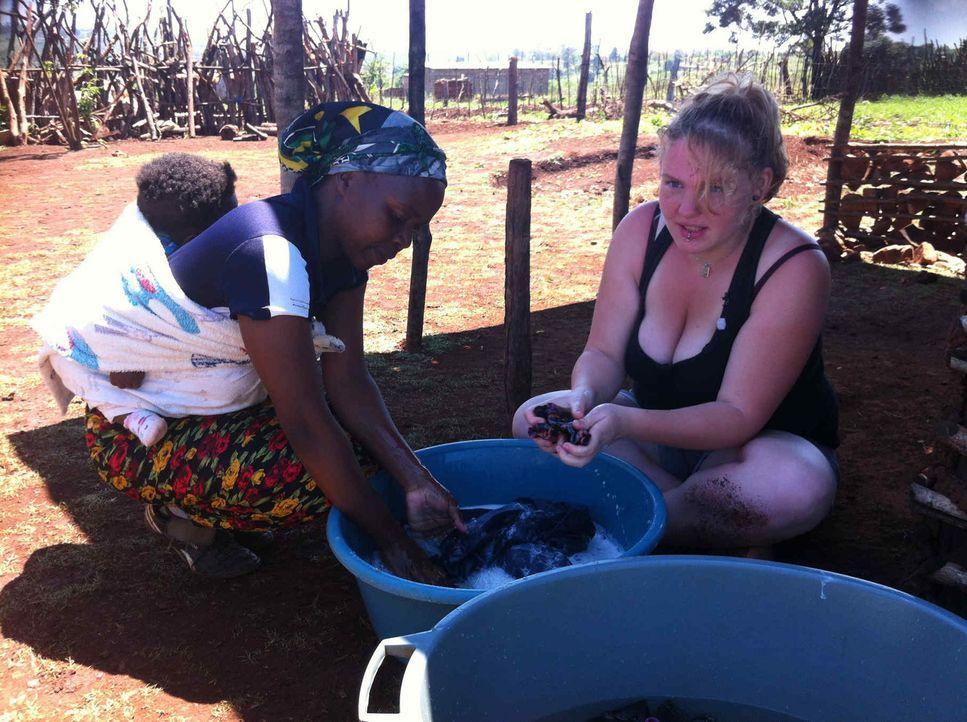 In Swasiland lernt Chiara (r.) ein ganz anderes Leben kennen ... - Bildquelle: SAT.1