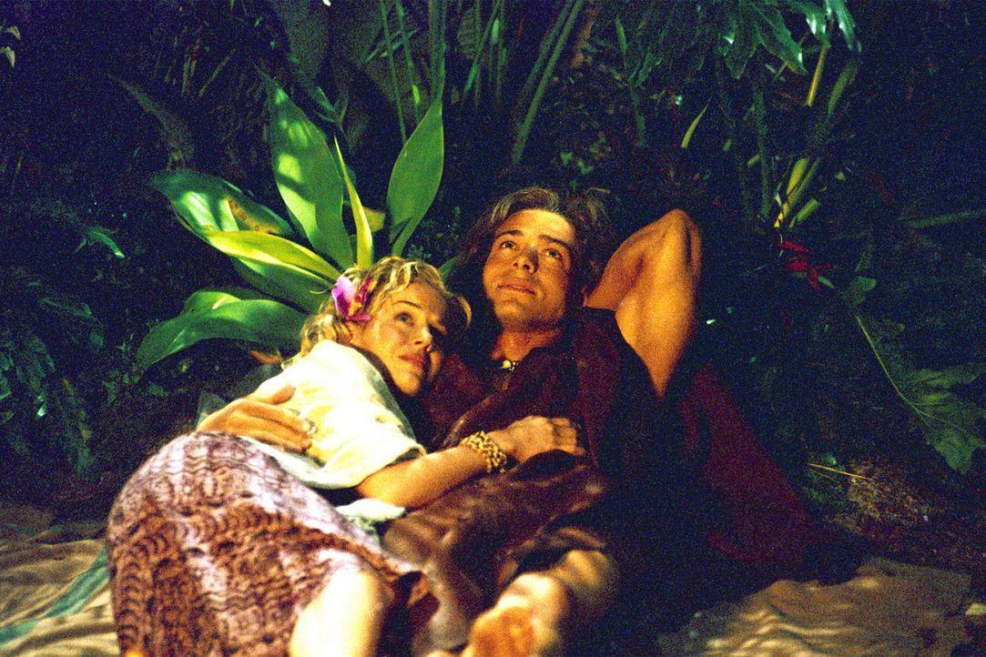 Romantische Stunden im Dschungel: George (Christopher Showerman, r.) und seine geliebte Ursula (Julie Benz, l.) führen ein geruhsames Leben in den... - Bildquelle: Walt Disney Pictures