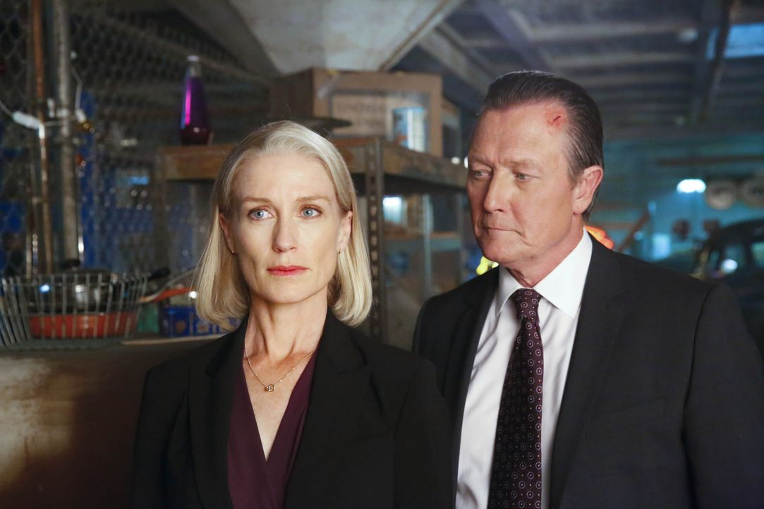 Als Cabes (Robert Patrick, r.) Ex-Frau Rebecca (Jessica Tuck, l.) um Hilfe ruft, setzt Cabe sofort sein bestes Team, die Scorpions, für ihre Sicherh... - Bildquelle: Robert Voets 2014 CBS Broadcasting, Inc. All Rights Reserved