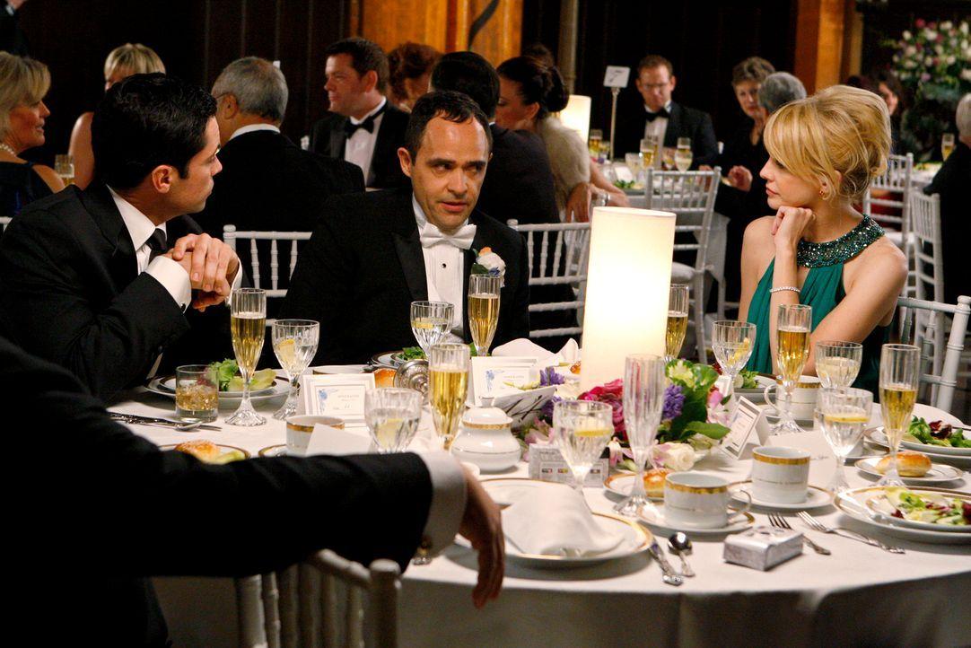 Scott Valens (Danny Pino, l.) und Lilly Rush (Kathryn Morris, r.) nehmen den Bräutigam Louie Amante (Doug Spinuzza, M.) auf seiner Hochzeit ins Kreu... - Bildquelle: Warner Bros. Television