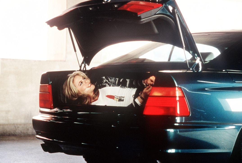 Um die eigene Entführung möglichst dramatisch zu gestalten, spielt die Tochter des Multimillionärs Hope, Emily (Alicia Silverstone), ein gefährl... - Bildquelle: Columbia Pictures