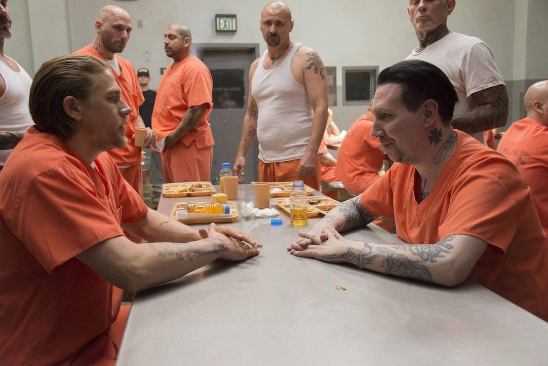 Während seines kurzen Aufenthalts im Gefängnis, versucht sich Jax (Charlie Hunnam, l.) an Verhandlungen mit dem Führer der Aryan Brotherhood, Tally... - Bildquelle: Prashant Gupta 2013 Twentieth Century Fox Film Corporation and Bluebush Productions, LLC. All rights reserved.