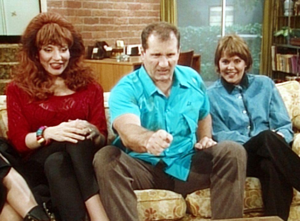 """Peggy (Katey Sagal, l.) und Marcy (Amanda Bearse, r.) erfreuen sich an ihrer Lieblingsfernsehshow """"Der männliche Feminist"""", während Al (Ed O'Neill... - Bildquelle: Columbia Pictures"""