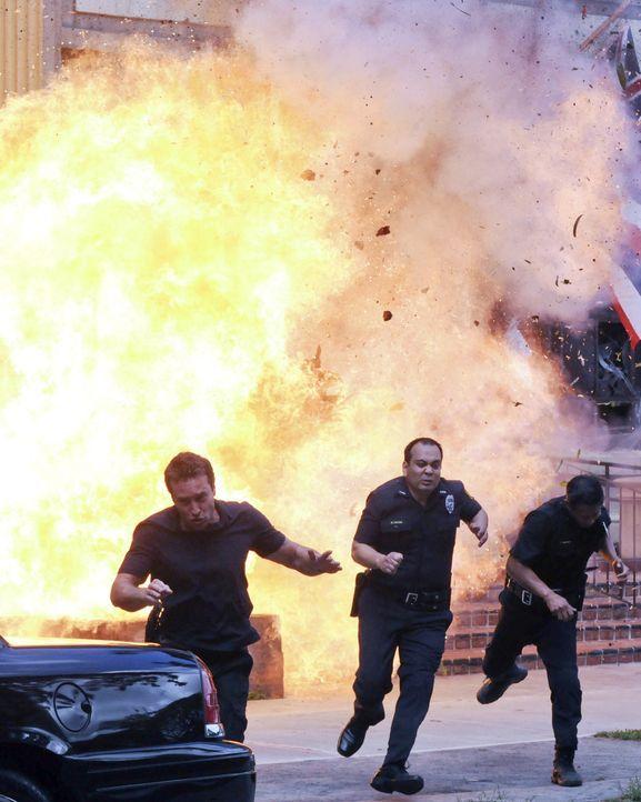Gerät in große Gefahr: Steve (Alex O'Loughlin, l.) ... - Bildquelle: TM &   CBS Studios Inc. All Rights Reserved.