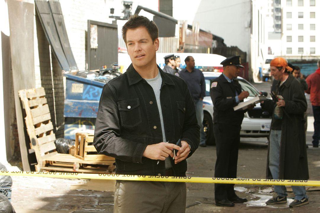 Während der Überwachung eines Lagerhauses, geschieht vor den Augen der Agenten ein Mord. Die ermittelnde Polizistin ist zunächst nicht an der Hilfe... - Bildquelle: CBS Television