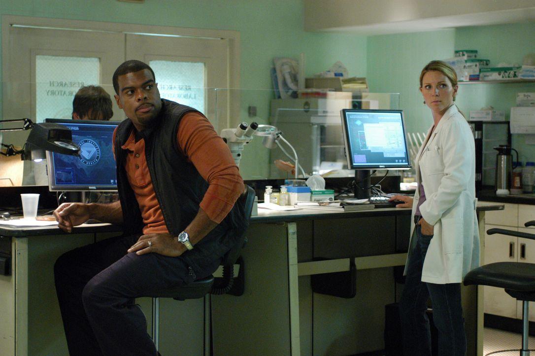Krankheitserregern auf der Spur: Frank Powell (Troy Winbush, l.) und Dr. Natalie Durant (Kelli Williams, r.) - Bildquelle: CBS Television
