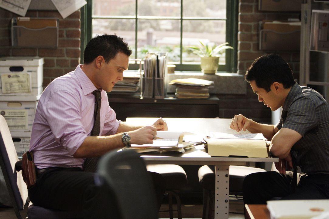 Grace neuer Lover spielt mit den Kollegen Wayne (Owain Yeoman, l.) und Kendall (Tim Kang, r.) ein bitterböses Spiel ... - Bildquelle: Warner Bros. Television