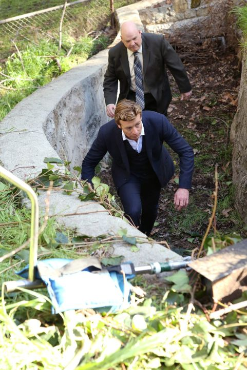 Als ein mysteriöser Behälter, den Agent J.J. LaRoche (Pruitt Taylor Vince, r.), der Leiter der Internen Ermittlung des CBI, seit neun Jahren verstec... - Bildquelle: Warner Bros. Television