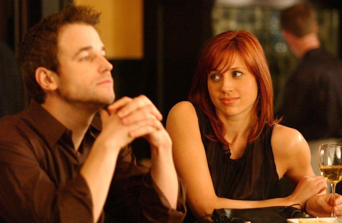 David (Todd Babcock, r.) und Holly (Kristen Miller, l.) sind eigentlich Geschäftspartner, doch die beiden Karrieretypen fühlen sich sofort zueinande... - Bildquelle: 2005 Sony Pictures Home Entertainment Inc. All Rights Reserved.