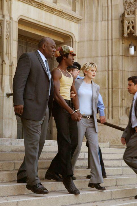 Det. Lilly Rush (Kathryn Morris, r.) und ein Kollege (Darsteller unbekannt) führen den jungen Mason Tucker (Aldis Hodge, M.) ab. - Bildquelle: Warner Bros. Television
