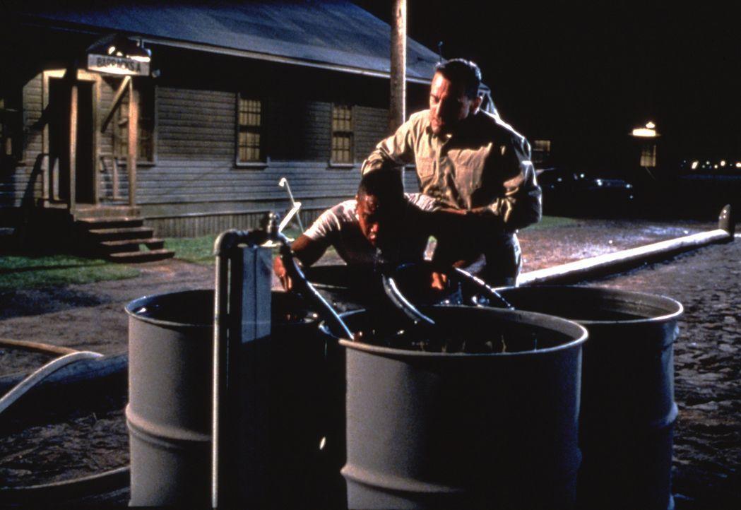 """Anfangs will Leslie W. """"Billy"""" Sunday (Robert De Niro, r.) auf keinen Fall, dass Carl Brashear (Cuba Gooding Jr., l.) in die Tauchschule der Navy au... - Bildquelle: 2000 Twentieth Century Fox Film Corporation. All rights reserved."""