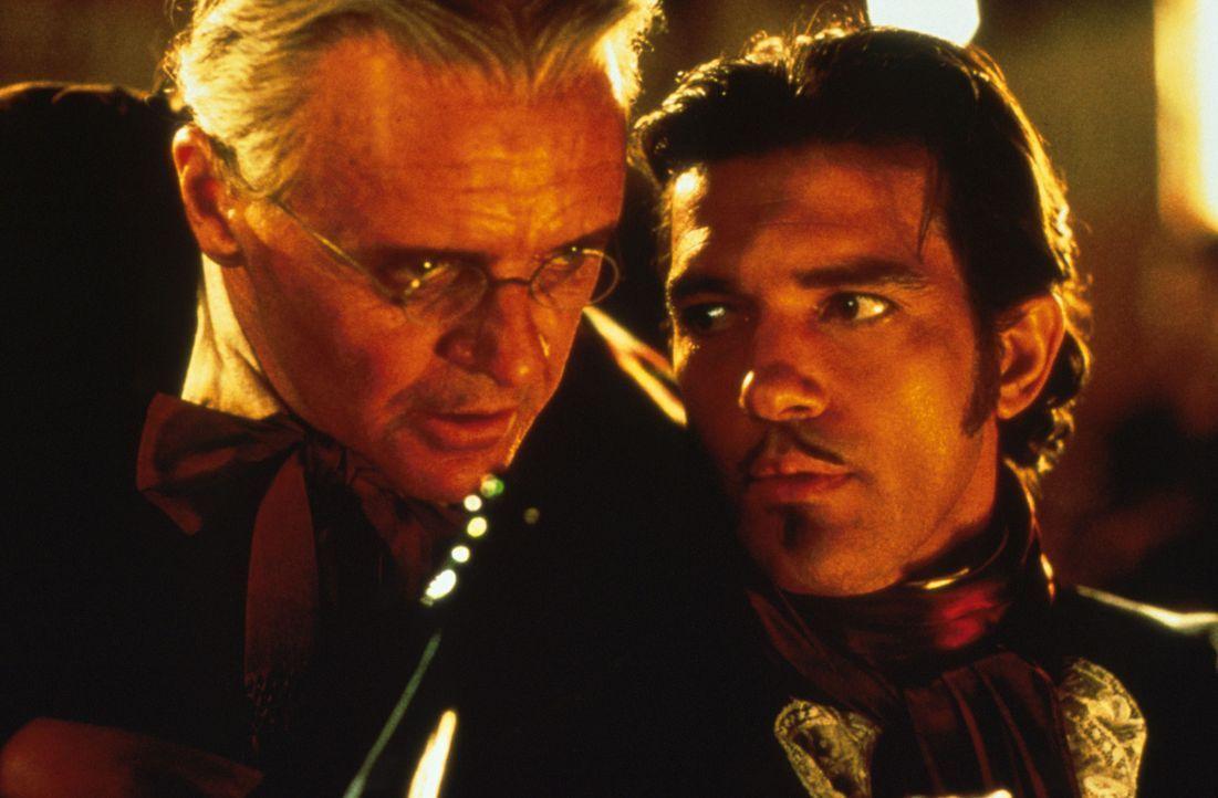 Von Don Diego de la Vega (Anthony Hopkins, l.) wird der junge Alejandro (Antonio Banderas, r.) unter die Fittiche genommen, doch es ist kein leichte... - Bildquelle: Columbia Pictures