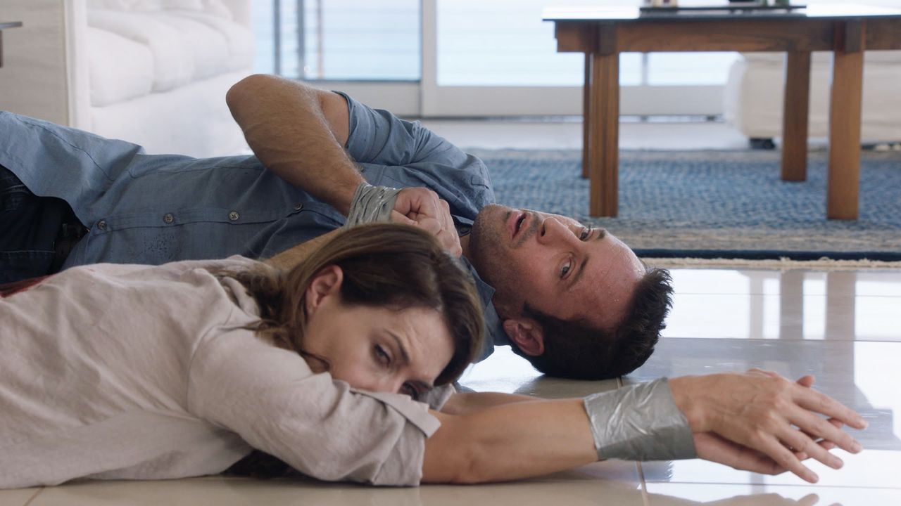 Auf der Suche nach dem Schachfiguren-Serienkiller werden sie selbst zum Opfer: Steve (Alex O'Loughlin, r.) und Alicia (Claire Forlani, l.) ... - Bildquelle: Norman Shapiro 2016 CBS Broadcasting, Inc. All Rights Reserved / Norman Shapiro