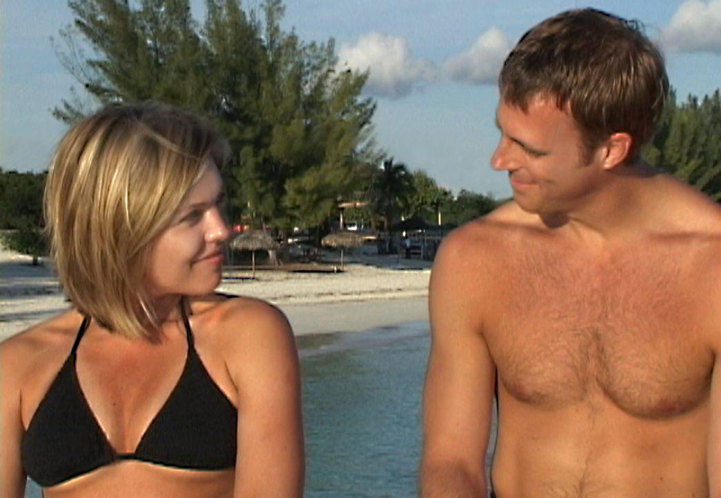 Das gestresste Paar Susan (Blanchard Ryan, l.) und Daniel (Daniel Travis, r.) genehmigt sich einen Urlaub auf den Bahamas. Doch der Urlaub wird plö... - Bildquelle: 2004 Lions Gate Films. All Rights Reserved.