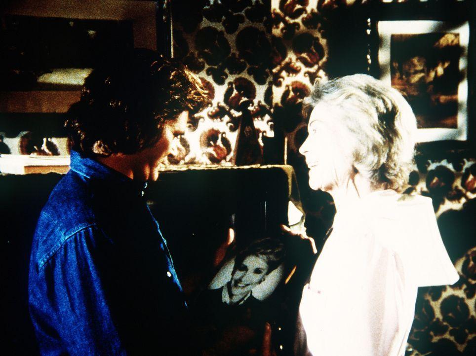 Jonathan (Michael Landon, l.) wird Untermieter bei Jane (Dorothy McGuire, r.), der Frau, mit der er zu Lebzeiten verheiratet war. - Bildquelle: Worldvision Enterprises, Inc.