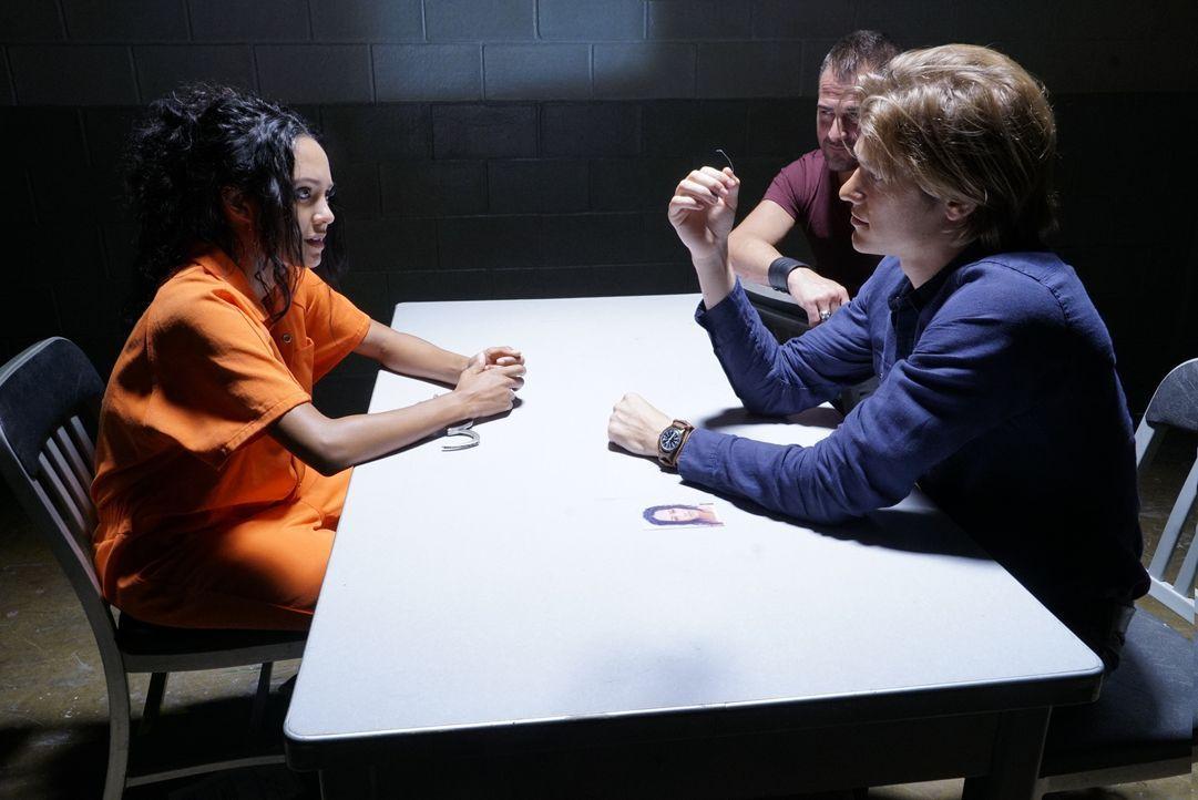 Gerät unfreiwillig in das Team von MacGyver (Lucas Till, r.) und Jack Dalton (George Eads, 2.v.r.): Riley Davis (Tristin Mays, l.) ist eine Profi-Ha... - Bildquelle: 2016 CBS Broadcasting, Inc. All Rights Reserved