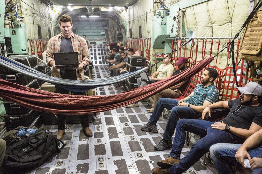 Um in einer geheimen Mission einen IS-Kommandeur zu fassen, fliegt die Navy SEAL Truppe (A.J. Buckley, r. und Neil Brown Jr., 2.v.r.) rund um Jason... - Bildquelle: Skip Bolen Skip Bolen/CBS   2017 CBS Broadcasting, Inc. All Rights Reserved
