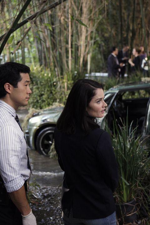 Der Tod von Rosemary Tennant beschäftigt Teresa (Robin Tunney, r.) und Kendall (Tim Kang, l.) ... - Bildquelle: Warner Bros. Television