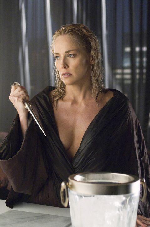 Die Krimi-Autorin Catherine Tramell (Sharon Stone) ist mit äußerster Vorsicht zu geniessen! Kaum in ihrer Nähe, finden sich bald alle Männer in eine... - Bildquelle: Constantin Film