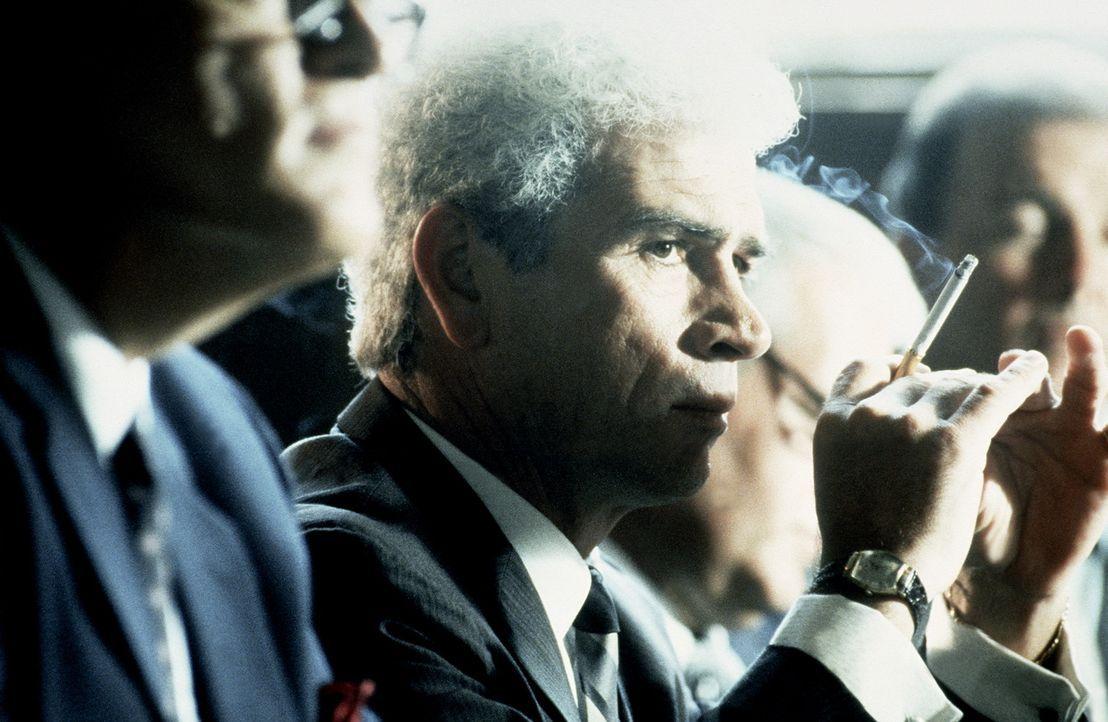 Bei seinen Ermittlungen stößt Staatsanwalt Garrison immer wieder auf den mysteriösen Clay Shaw (Tommy Lee Jones). Was verbindet Shaw mit der Mafi... - Bildquelle: Warner Bros.
