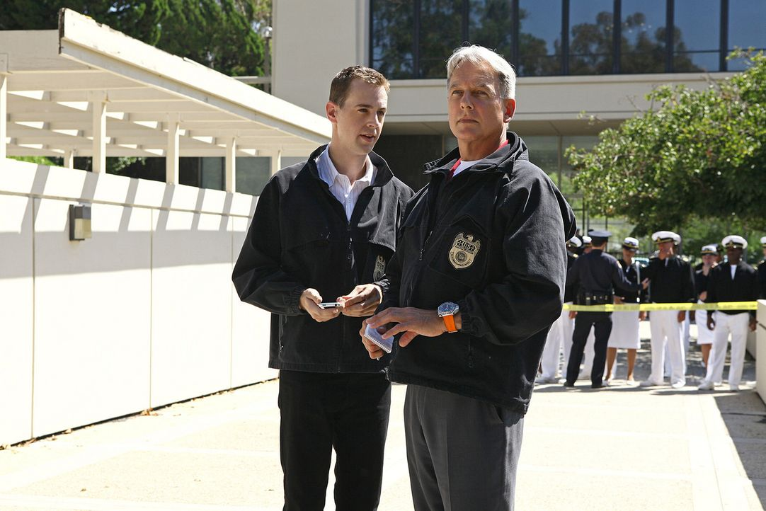 Ein Ex-Marineoffizier ist ums Leben gekommen. Nach und nach stellen Gibbs (Mark Harmon, r.), McGee (Sean Murray, l.) und sein restliches Team fest,... - Bildquelle: CBS Television