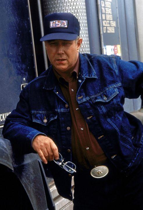 Der undurchsichtige Trucker Red Barr (J. T. Walsh) behauptet, Amy nie gesehen zu haben ... - Bildquelle: Paramount Pictures