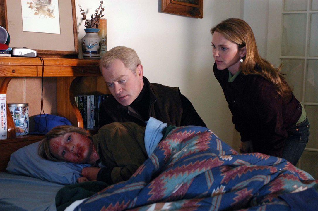 Connor (Neal McDonough, M.) und Natalie (Kelli Williams, r.) sind geschockt, als sie Jeff (Zachary Winard, l.) sehen ... - Bildquelle: CBS Television