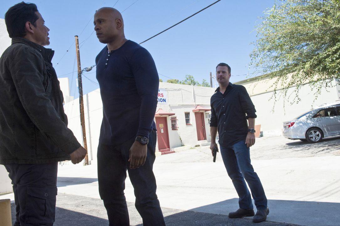 Sam (LL Cool J, M.) und Callen (Chris O'Donnell, r.) versuchen herauszufinden, ob Sams alter Kumpel Mark Ruiz (Anthony Ruivivar, l.) übergelaufen is... - Bildquelle: Neil Jacobs 2015 CBS Broadcasting, Inc. All Rights Reserved.