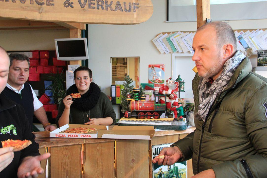 Frank Rosin (r.) verschlägt es nach Obertshausen in Hessen, wo Alessandro Moschella und seine Lebensgefährtin Ioanna Ioannidou ein kleines siziliani... - Bildquelle: kabel eins