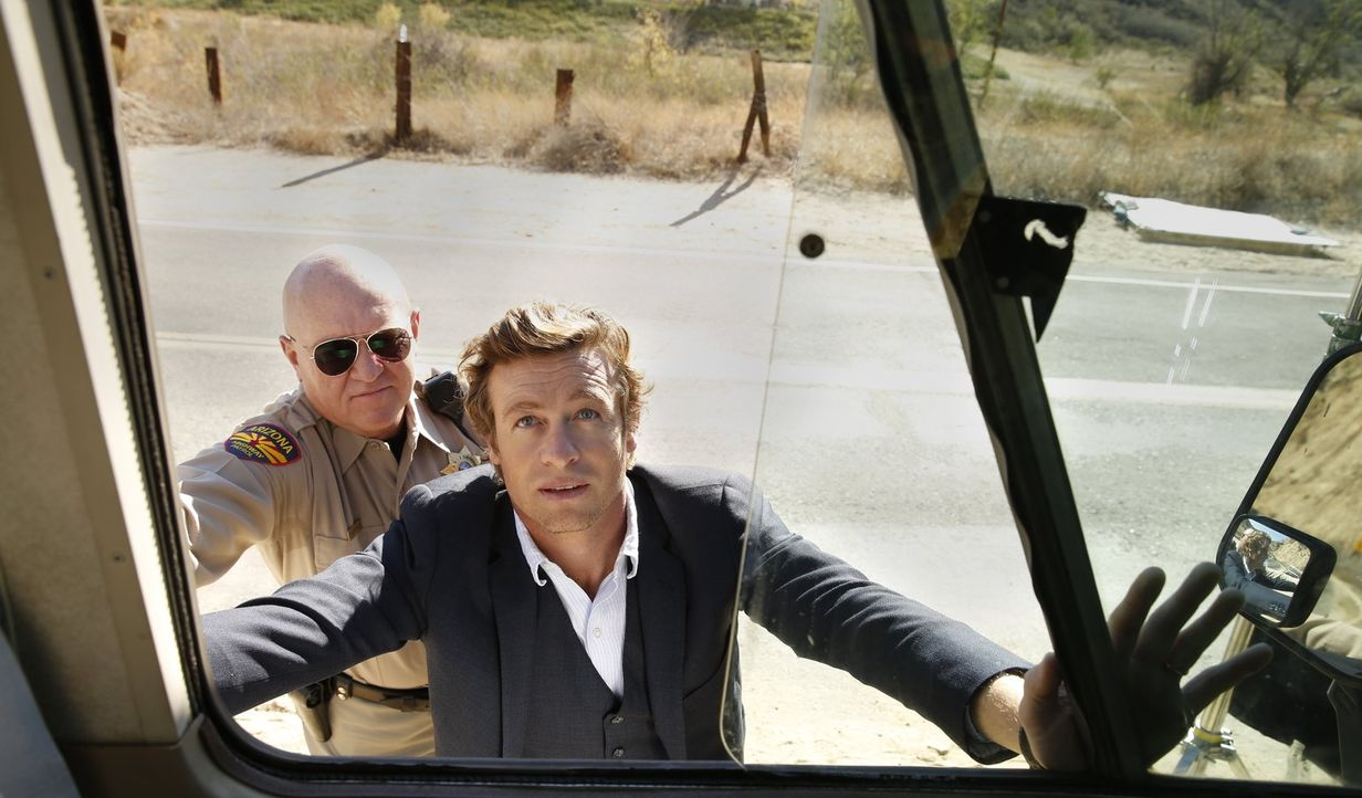 Was ist geschehen, dass Jane (Simon Baker, r.) in seinem Urlaub von einem Polizisten (Rocky McMurray, l.) verhaftet wird? - Bildquelle: Warner Bros. Television
