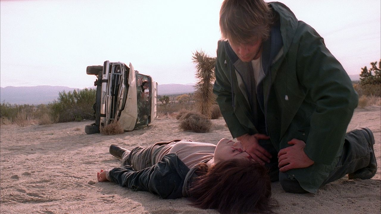 Eine Handvoll Freunde (v.l.n.r.: Tina Payne, Scott Whyte) kurvt durch eine menschenleere Wüste, um an einem Rave teilzunehmen. Als jedoch ihr Auto l... - Bildquelle: Telepool