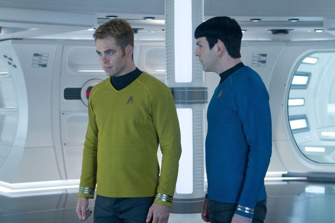 Auf Kirk (Chris Pine, l.) und Spock (Zachary Quinto, r.) wartet ein Abenteuer, das sie beide an den Rand des Todes treibt ... - Bildquelle: Zade Rosenthal 2013 Paramount Pictures.  All Rights Reserved. / Zade Rosenthal