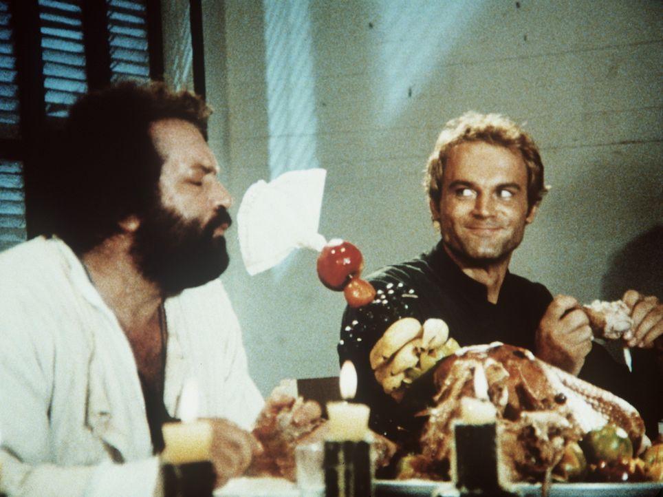 Pater J. (Terence Hill, r.) und Pater Pedro (Bud Spencer, l.) erfreuen sich lieber an den handfesten Genüssen des Lebens. Doch bei beiden sitzt das... - Bildquelle: Tobis Filmkunst