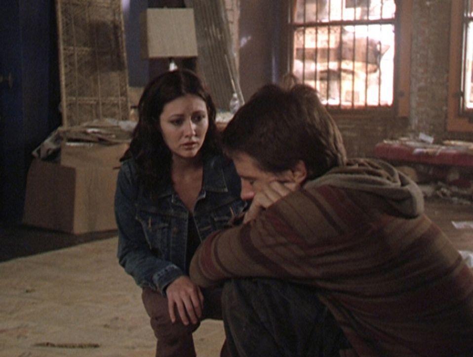 Prue (Shannen Doherty, l.) trifft in einem Abrisshaus auf den verzweifelten Vince (Morgan Weisser, r.), der dazu verdammt ist, die Gefühle aller Me... - Bildquelle: Paramount Pictures