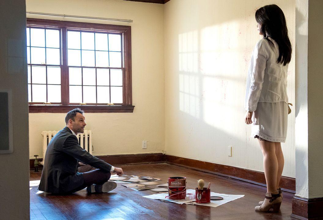 Holmes (Jonny Lee Miller, l.) begibt sich in die Wohnung eines Mordopfers, um den Tatort auf sich wirken zu lassen. Watson (Lucy Liu, r.) unterstütz... - Bildquelle: CBS Television