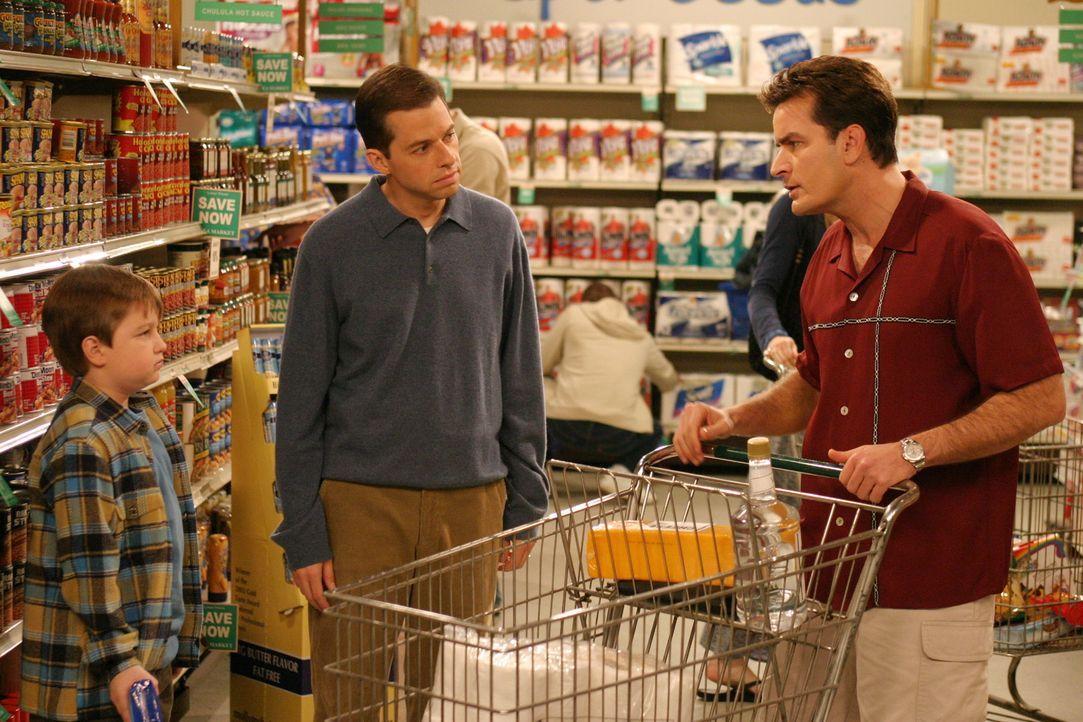 Jetzt heißt es sparen: Charlie (Charlie Sheen, r.), Alan (Jon Cryer, M.) und Jake (Angus T. Jones, l.) ... - Bildquelle: Warner Brothers Entertainment Inc.