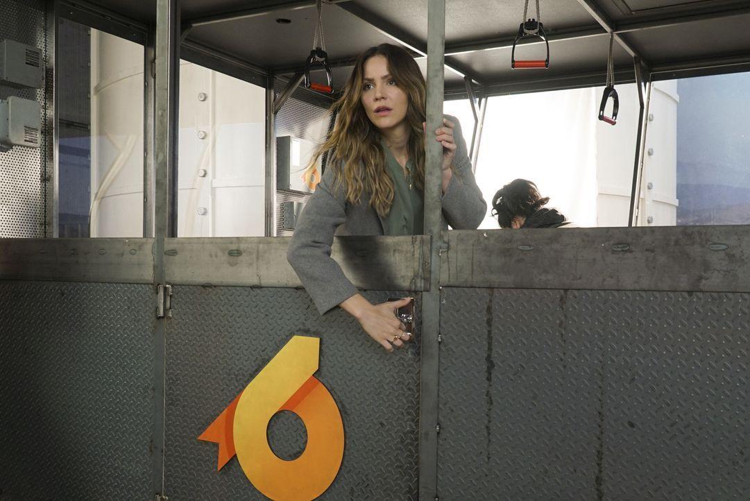Ausgerechnet, als Paige (Katharine McPhee) mit Happy in einer Gondel festsitzt, sorgt ein falsches Wort zwischen den beiden für Unmut ... - Bildquelle: Monty Brinton 2017 CBS Broadcasting, Inc. All Rights Reserved.