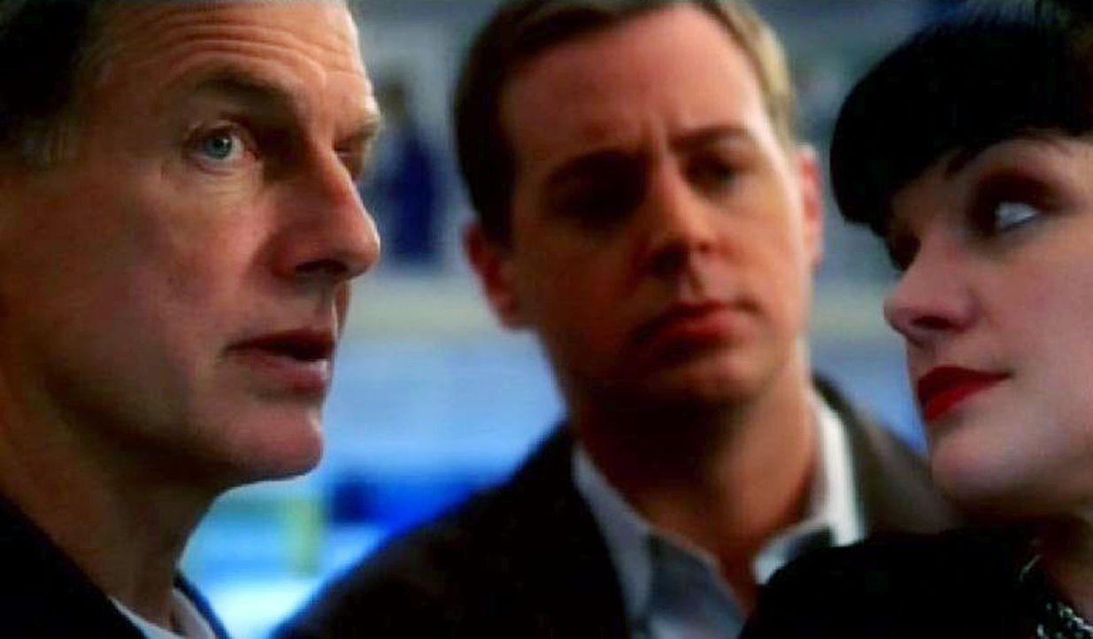 Abby (Pauley Perrette, r.) verrät Gibbs (Mark Harmon, l.) und Timothy (Sean Murray, M.), mit welchem Gift der Marine ermordet wurde ... - Bildquelle: CBS Television