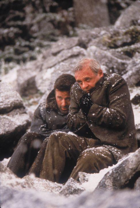 Nach einem Flugzeugabsturz in der Wildnis Alaskas sind die Rivalen Charles Morse (Anthony Hopkins, r.) und Robert Green (Alec Baldwin, l.) aufeinand... - Bildquelle: kabel eins