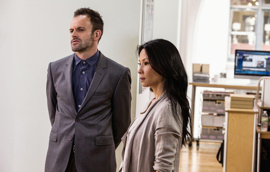 Während der Ermittlungen in einem neuen Mordfall: Sherlock Holmes (Jonny Lee Miller, l.) und Joan Watson (Lucy Liu, r.) ... - Bildquelle: CBS Television