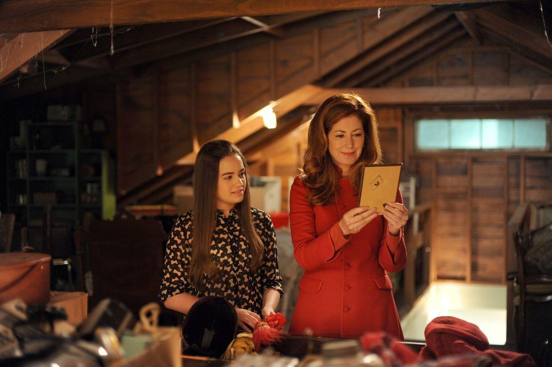 Lacey (Mary Mouser) stöbert mit ihrer Mutter, Dr. Megan Hunt (Dana Delany), in alten Erninnerungen an ihren verstorbenen Vater. Doch selbst zu Hause... - Bildquelle: 2013 American Broadcasting Companies, Inc. All rights reserved.