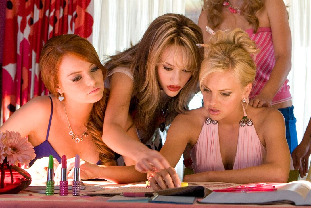 """Extreme Makeover"": Playmate Shelley (Anna Faris, r.), Natalie (Emma Stone, l.) und Mona (Kat Dennings, M.) ... - Bildquelle: 2007 Columbia Pictures Industries, Inc.  All Rights Reserved."