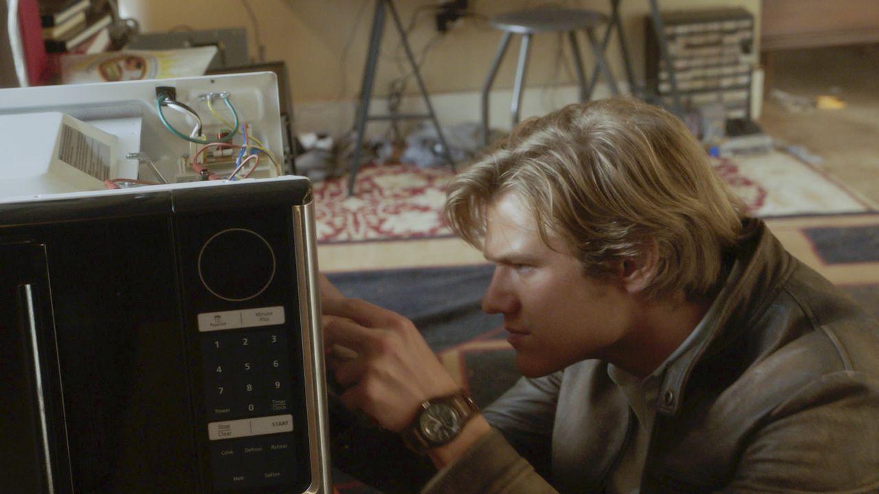 MacGyver (Lucas Till) und Jack suchen nach Riley, die verschwand, nachdem sie sich in die Computersysteme der NSA gehackt hatte. Bei der Suche stehe... - Bildquelle: 2016 CBS Broadcasting, Inc. All Rights Reserved