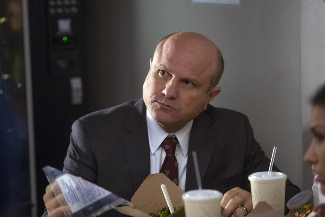 Bei den Ermittlungen in einem Kriminalfall macht Laura eine erschreckende Entdeckung, was Captain Dan Hauser (Enrico Colantoni) betrifft ... - Bildquelle: Warner Bros. Entertainment, Inc.