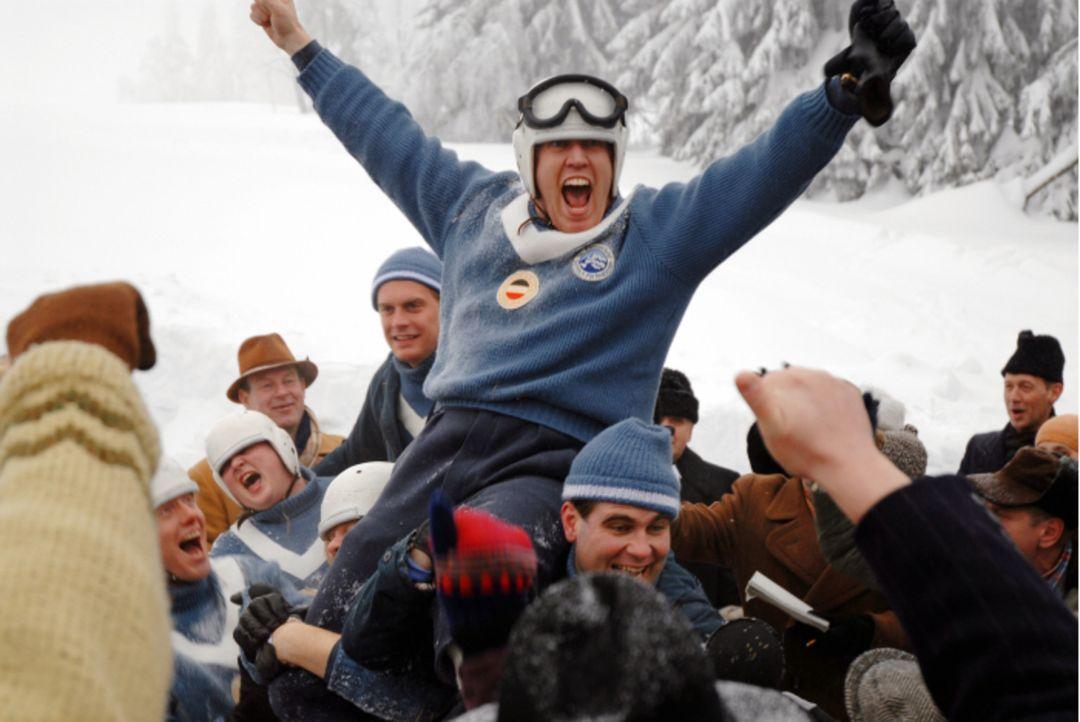 Ein Wunder ist wahr geworden. Sieg für Dorfler (Nicholas Ofczarek, oben) und sein Team ... - Bildquelle: Constantin Film Verleih GmbH