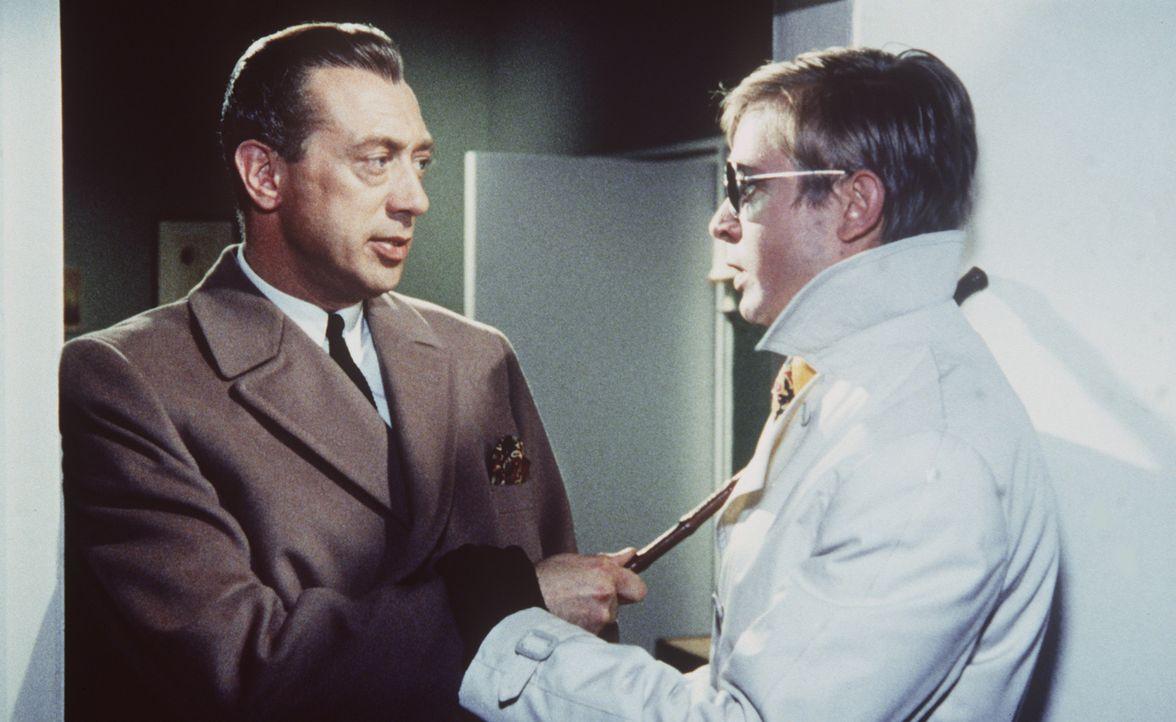 Als Inspektor Perkins (Horst Tappert, l.) die Wohnung von Cora Watson betritt, begegnet er dort dem Sekretär von Henry Parker (Ralf Schermuly, r.),... - Bildquelle: Constantin Film
