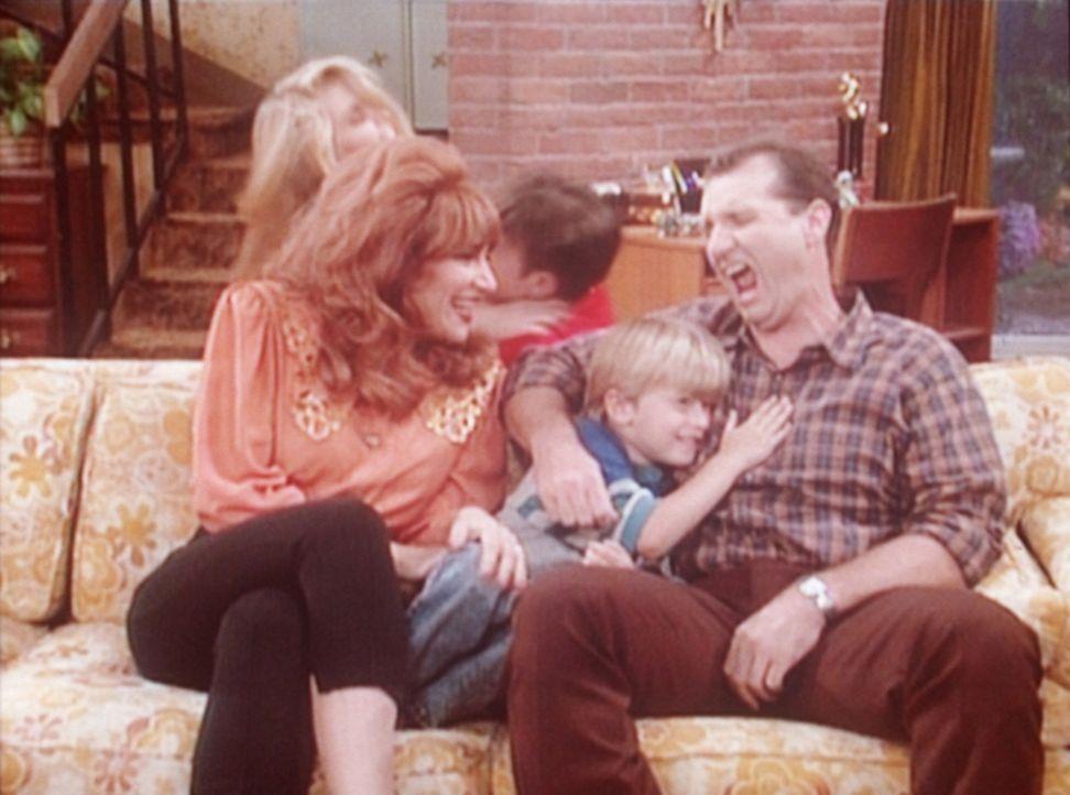 (v.l.n.r.) Im Gegensatz zu Peggy (Katey Sagal) ist Al (Ed O'Neill) alles andere als begeistert von dem kleinen Sieben (Shane Sweet). - Bildquelle: Columbia Pictures