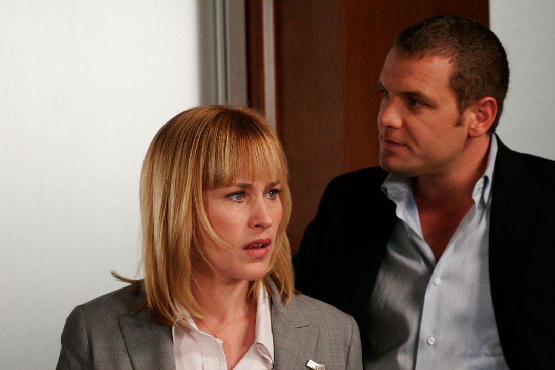Als sie mit ihrem Kollegen Det. Lee Scanlon (David Cubitt, r.) den aktuellen Fall bespricht, wird Allison (Patricia Arquette, l.) etwas bewusst … - Bildquelle: Paramount Network Television