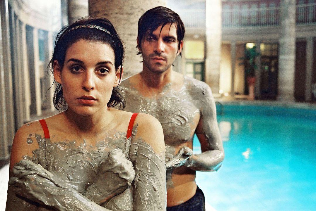 Annabelle (Elena Uhlig, l.) möchte am liebsten im Boden versinken. Vor Daniel (Pasquale Aleardi, r.) hat sie sich in der Sauna gründlich blamiert. - Bildquelle: Gordon Mühle Sat.1