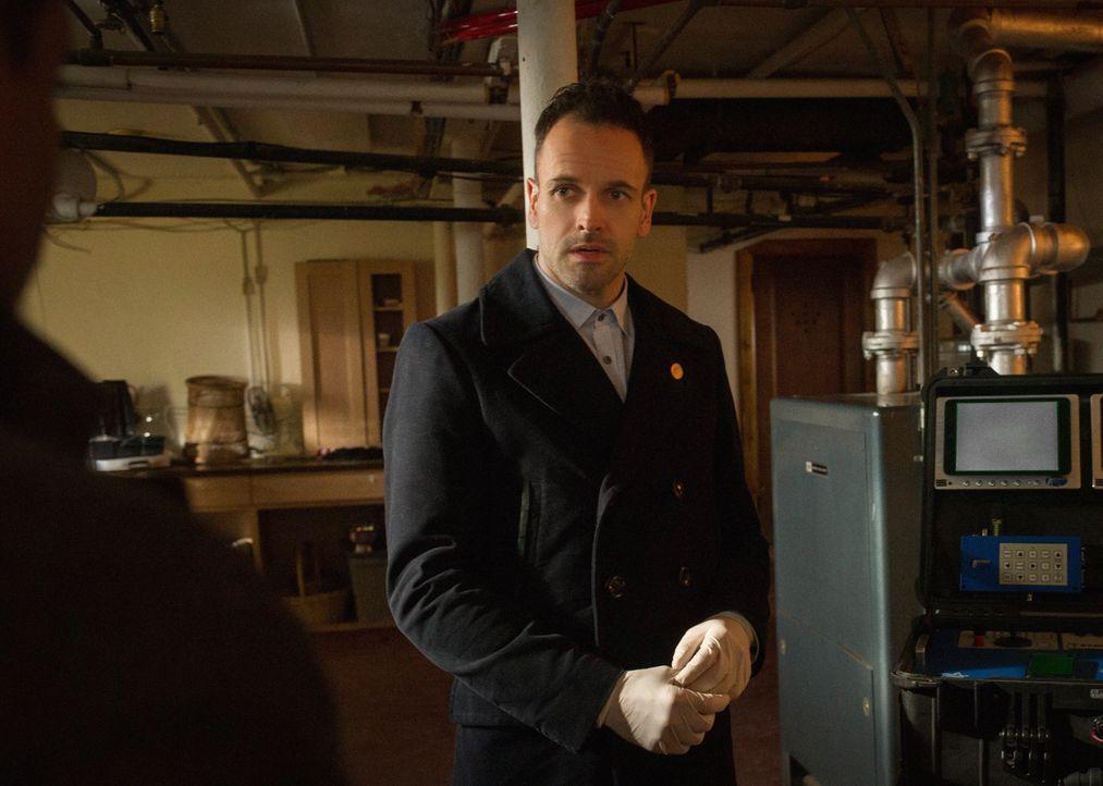 Ein neuer Fall für Holmes (Jonny Lee Miller): Ein professioneller Skeptiker, der übernatürliche, religiöse und wissenschaftliche Phänomene beruflich... - Bildquelle: CBS Television